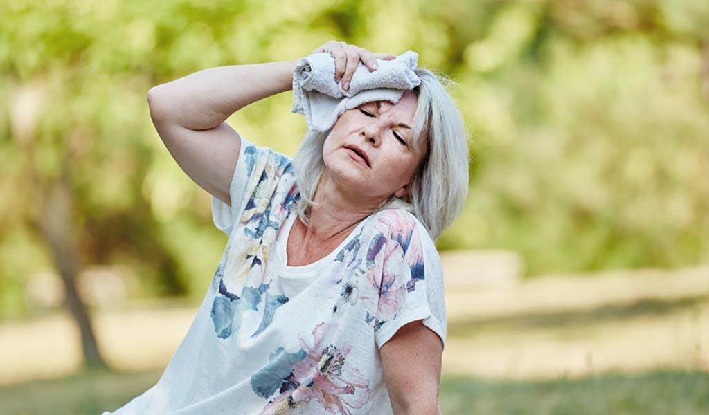 Frau leidet unter Hitze