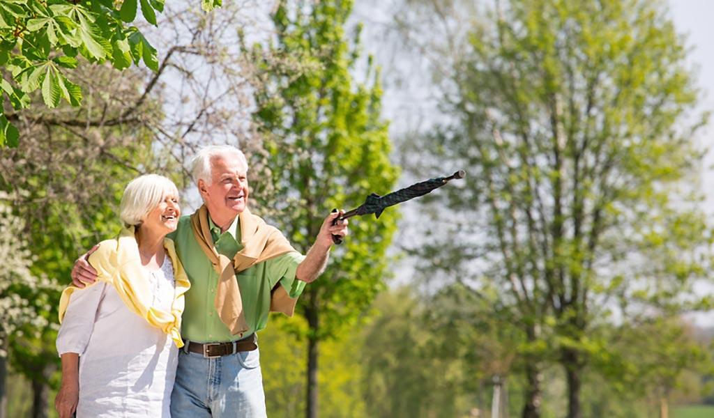 Seniorenpaar geht im Park Spazieren