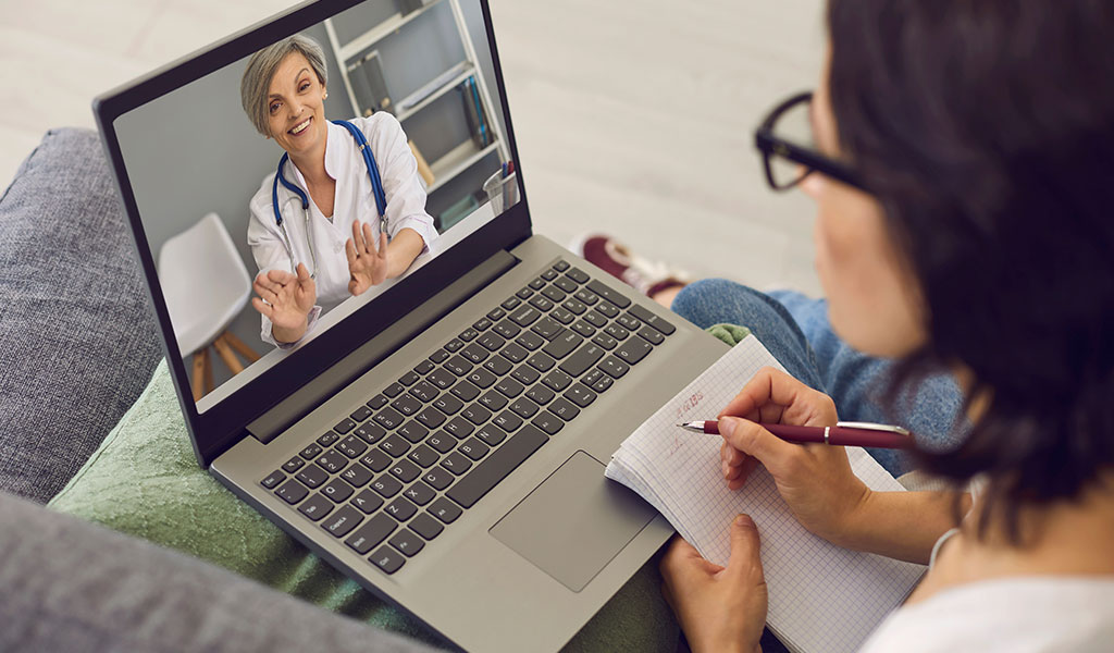 Besprechung mit Arzt am Laptop