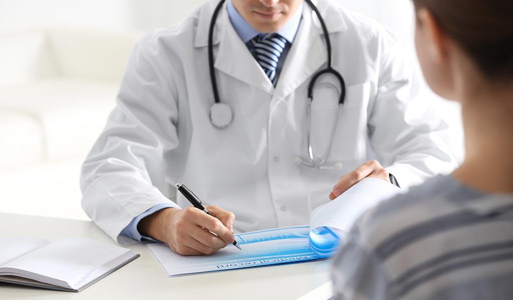 Harninkontinenz - Arzt notiert die Beschwerden des Patienten