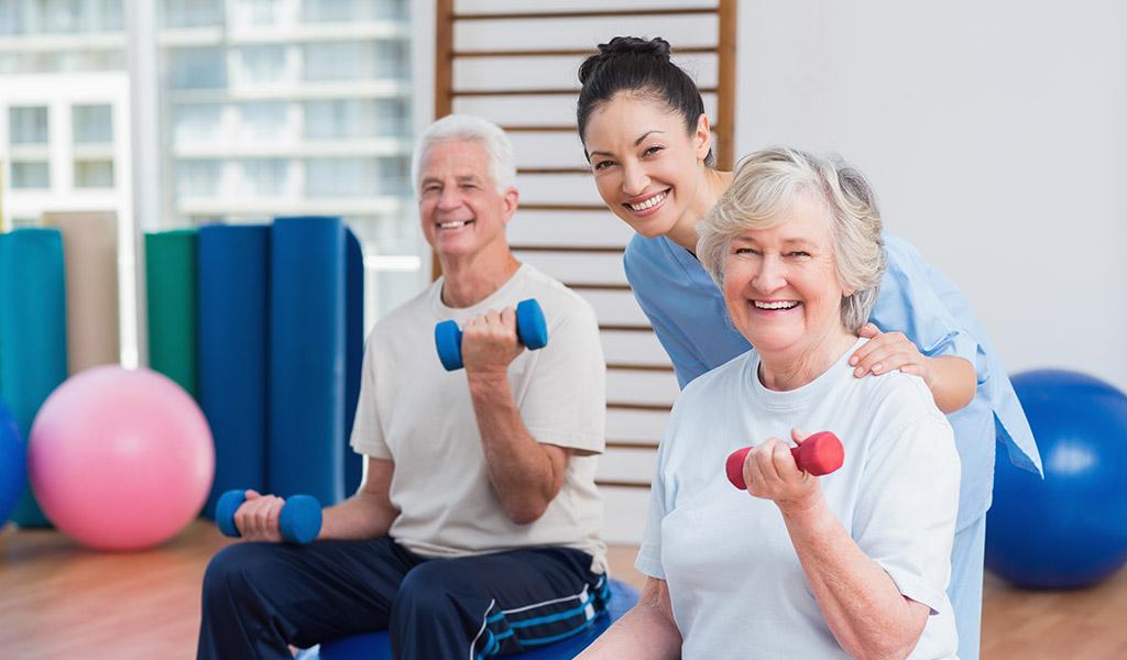 Physiotherapeutin übt mit COPD-Patienten